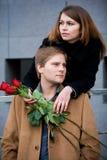 Het paar van Yong met roos, in openlucht royalty-vrije stock afbeeldingen