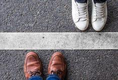 Het paar verdeelde door een witte lijn stock foto