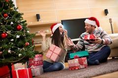 Het paar verheugt zich op Nieuwjaar en Kerstmisvakantie stock foto's