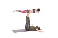 Het paar in yoga stelt royalty-vrije stock foto's