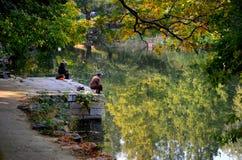 Het paar zit stil op pier en vissen bij een meer buiten Peking China Royalty-vrije Stock Afbeeldingen