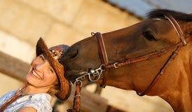 Het paard probeert om een hoed te eten Stock Foto