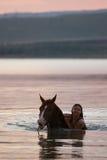 Het paard van de kastanje en het meisje in het water Royalty-vrije Stock Afbeelding