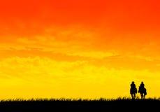 Het paardrit van de zonsondergang Stock Foto's