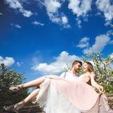 Het paarportret van een meisje en de kerel die een huwelijk zoeken kleden zich, een roze kleding die met een kroon van bloemen op Royalty-vrije Stock Foto