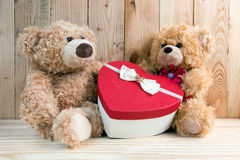 Het paarstuk speelgoed draagt met hartdoos Stock Afbeeldingen