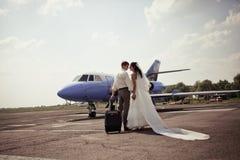 Het paarvlieg van het huwelijk op wittebroodsweken Stock Foto's