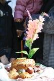 Het paasei koekt kaarsen en bloemen Royalty-vrije Stock Foto's