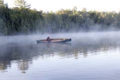 Het paddelen door de Mist stock afbeelding