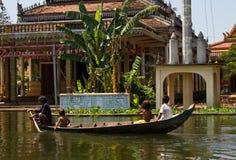 Het paddelen in Kampong Phluk Stock Foto's