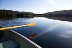 Het paddelen op het meer Stock Afbeelding