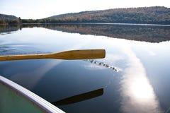 Het paddelen op het meer Stock Afbeeldingen