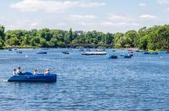 Het paddelen van boten in Serpentine River, Hyde Park royalty-vrije stock foto's
