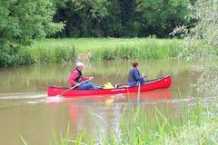 Het paddelen van een kano Royalty-vrije Stock Afbeelding