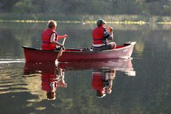 Het paddelen van het paar kano Royalty-vrije Stock Afbeelding