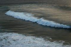 Het padling van Surfer tegen een golf Royalty-vrije Stock Fotografie