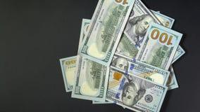 Het pak dollars valt zwarte blackground Het papiergeld is geïsoleerd Plaats uw tekst stock footage