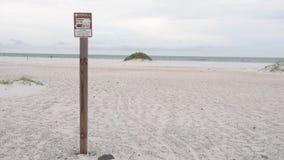 Het pak het binnen, pakt het uit ondertekent in Pensacola-strand, Florida in stock footage