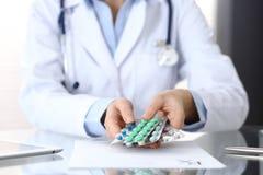 Het pak van de artsenholding van verschillende tablet verschroeit close-up Het leven sparen de dienst, wettelijke drogisterij, sc royalty-vrije stock afbeeldingen