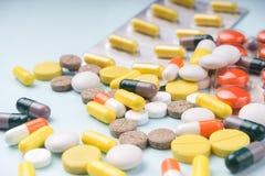 Het pak van de geneeskundeblaar en kleurrijke pillenclose-up, selectieve nadruk royalty-vrije stock foto's