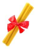 Het pak van deegwaren associeerde rode lintboog Royalty-vrije Stock Fotografie