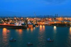 Het pakhuis van de haven met ladingen en containers stock fotografie