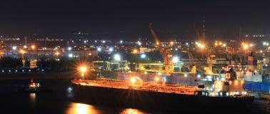 Het pakhuis van de haven met ladingen en containers stock afbeelding