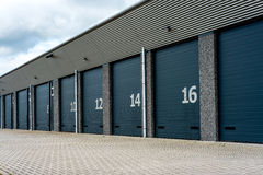 Het pakhuisfaciliteit van de eenheidsopslag met numberddeuren Royalty-vrije Stock Foto
