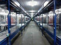 Het pakhuistransportband van de logistiek stock foto