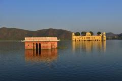 Het paleis Jal Mahal bij zonsondergang Jal Mahal (het Paleis van het Water) Stock Foto's