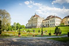 Het Paleis in Ludwigsburg, Duitsland met barokke tuin royalty-vrije stock afbeeldingen