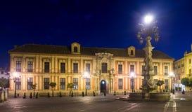 Het Paleis van de aartsbisschop van Sevilla in nacht stock fotografie