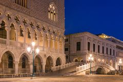 Het Paleis van de doge bij het vierkant van San Marco bij nacht in Venetië stock afbeeldingen