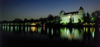 Het paleis van de rivier bij schemer stock foto