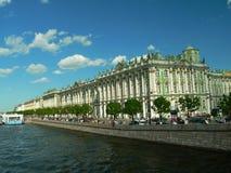 Het paleis van de winter door Neva stock foto