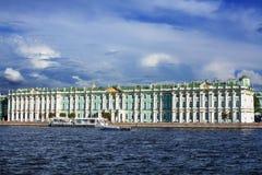 Het Paleis van de Winter van de mening in Heilige Petersburg van rivier Neva Rusland Stock Foto