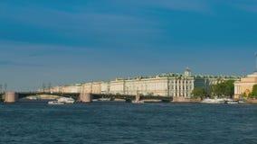 Het Paleis van de Winter van de mening in Heilige Petersburg van rivier Neva Rusland stock footage