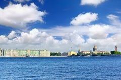 Het Paleis van de Winter van de mening in St. Petersburg Royalty-vrije Stock Fotografie
