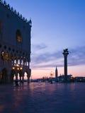 Het Paleis van doges bij dageraad in Venetië Stock Foto