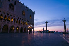 Het Paleis van doges bij dageraad in Venetië royalty-vrije stock foto's