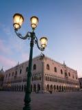 Het Paleis van doges bij dageraad in Venetië stock fotografie