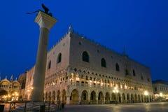 Het Paleis van doges bij schemer in Venetië Stock Foto