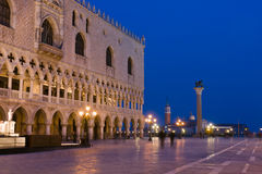 Het Paleis van doges bij schemer in Venetië Royalty-vrije Stock Afbeeldingen