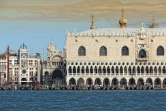 Het Paleis van doges en het vierkant van het Teken van Heilige in Venetië royalty-vrije stock fotografie