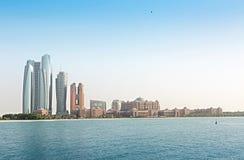 Het Paleis van emiraten en wolkenkrabbers van Abu Dhabi Royalty-vrije Stock Foto's