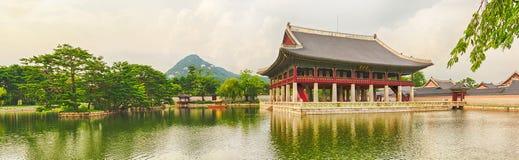 Het Paleis van Gyeongbokgung SEOEL - JULI 30: Het veranderen van wachten van de vriend van de koning Panorama stock foto's