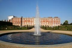 Het Paleis van het Hampton Court, met fontein. Stock Afbeeldingen