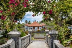 Het Paleis van het Ujungwater door Bougainvilleaoverwelfde galerij, het Eiland van Bali, Indonesië Royalty-vrije Stock Foto's