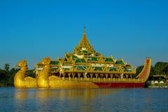 Het paleis van Karaweik in Yangon, Myanmar stock foto
