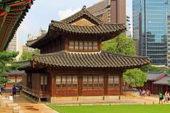 Het Paleis van Korea Deoksugung en Moderne Stad Royalty-vrije Stock Fotografie